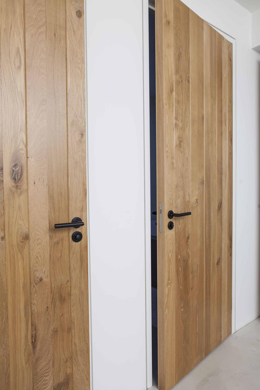 stoere-zwarte-details-houten-deuren