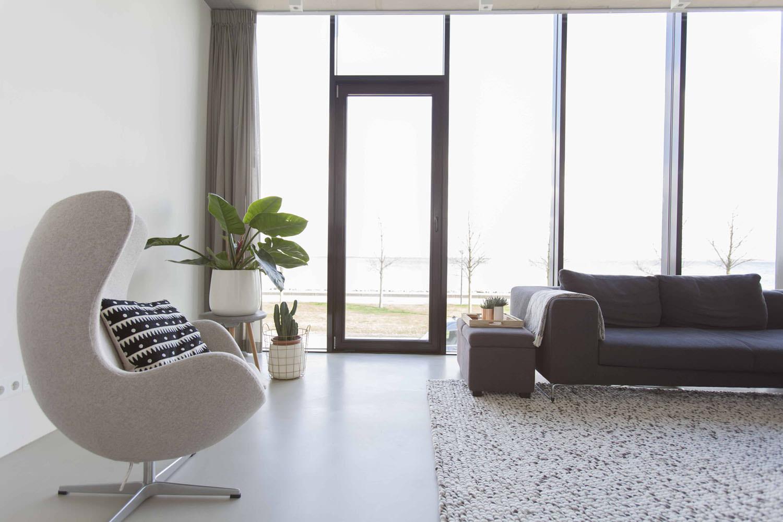 villa-amsterdam-ijburg-woonkamer-egg-chair
