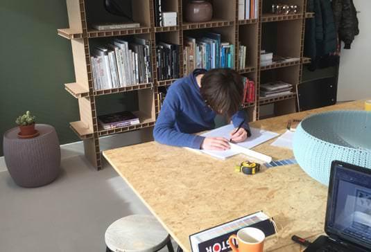 NML design begeleidt snuffelstage voor scholier van de archipel in Amsterdam